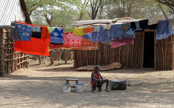 kenya-maasai-child-clothesline